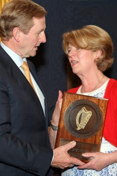 An Taoiseach, Enda Kenny, T.D. presents the award for the Beaumont Project to Ms. Mary Fitzsimons, Principal Physicist at the hospital